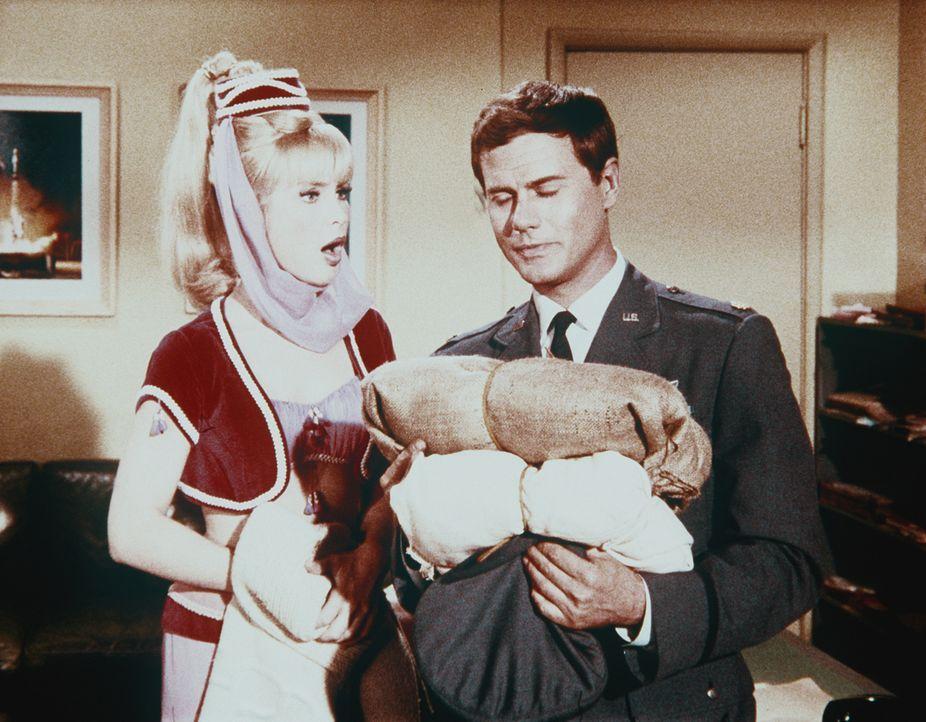 Tony (Larry Hagman, r.) sollte einem Farmer helfen, dessen Felder vertrocknet sind. Jeannie (Barbara Eden, l.) hat ihm Regen geschickt, und der Farm... - Bildquelle: Columbia Pictures