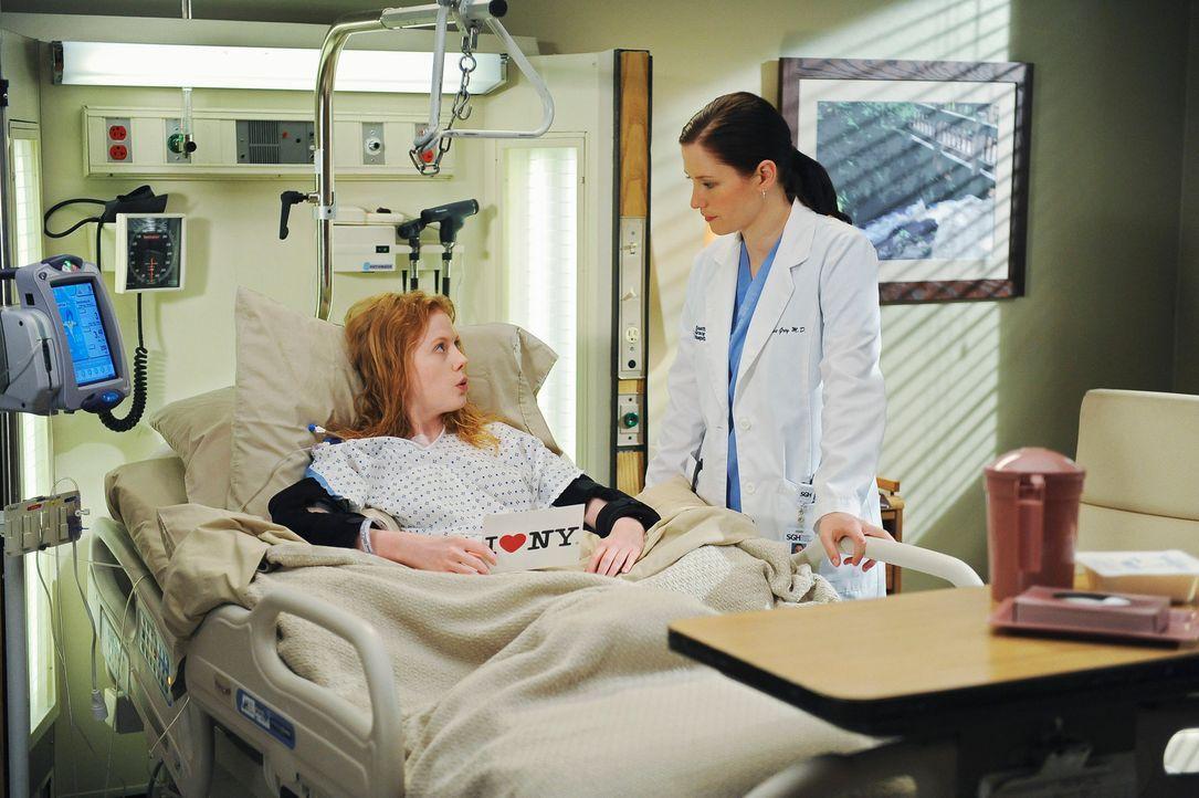 Nach Georges Tod stürzt sich Lexie (Chyler Leigh, r.) in die Arbeit mit dem Bootsunfallopfer Clara (Zoe Boyle, l.), die an einer Infektion des Darmt... - Bildquelle: Touchstone Television