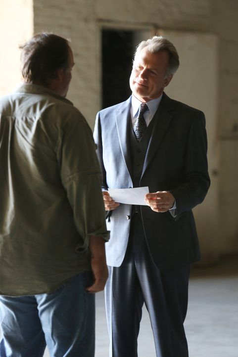Philippe (Stephen Collins, r.) will nicht, dass sein Geheimnis ans Licht kommt und engagiert deshalb Al (Ron Roggé, l.), um seine Probleme aus dem W... - Bildquelle: ABC Studios