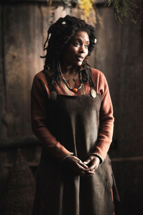 Die Hexe Ayanna (Maria Howell) weigert sich, Esther und ihre gesamte Familie zu Vampiren zu machen ... - Bildquelle: Warner Bros. Television