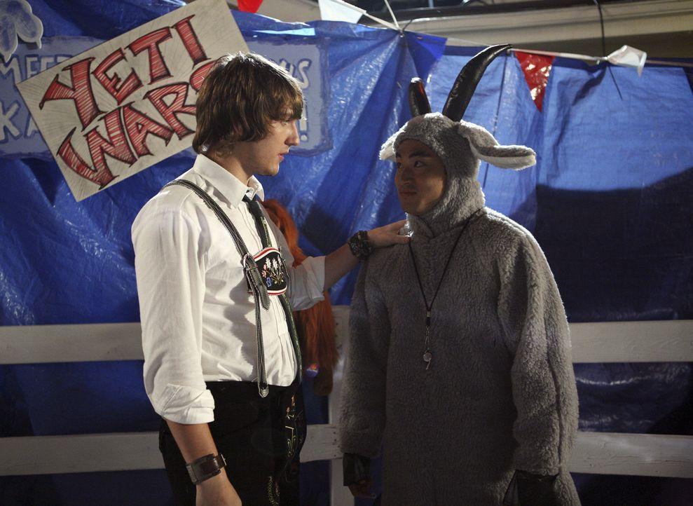 Sind am Jahrmarkt gut eingespannt: Cappie (Scott Michael Foster, l.) und Wade (Derek Mio, r.) ... - Bildquelle: ABC Family