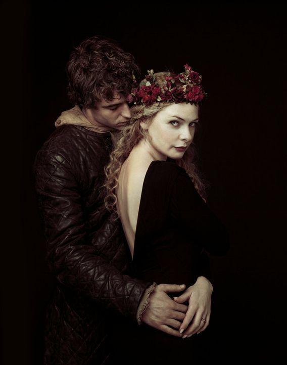 (1. Staffel) - Hat ihre Liebe eine Chance? König Edward IV (Max Irons, l.) und Elizabeth Woodville (Rebecca Ferguson, r.) stammen aus verfeindeten A... - Bildquelle: 2013 Company Television Limited LEGAL