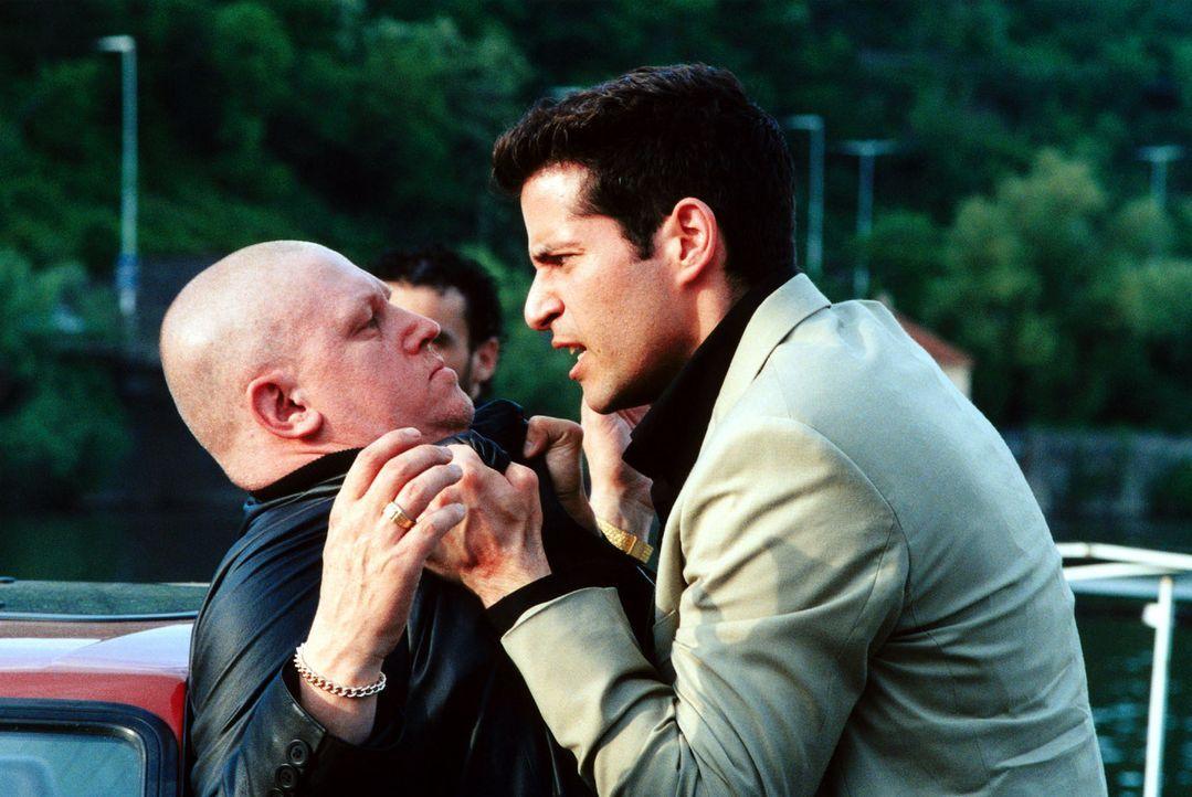Flipper (Pascale Aleardi, r.) rastet aus, als er von Vlado (Arved Birnbaum, l.) erfährt, dass Natalie dem Zuhälterring auf die Spur gekommen ist. - Bildquelle: Sat.1