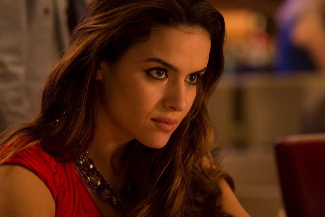 Maria (Lisa Marcos) schleust sich undercover in die lokale Drogenszene ein - ein riskantes Manöver, das sie beinahe mit dem Leben bezahlt ... - Bildquelle: 2013 Muse Entertainment / Back Alley Film Productions