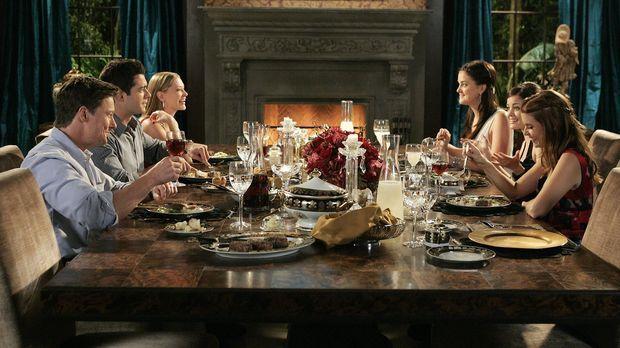 Ein Abendessen voller spannungsgeladener Überraschungen: (v.l.n.r.) Arthur (J...