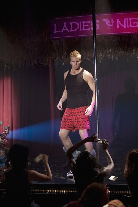 Ehe er sich versieht, befindet sich Beaver (Aaron Hill) auf der Bühne, wo er die Hüllen fallen lassen muss ... - Bildquelle: 2010 Disney Enterprises, Inc. All rights reserved.