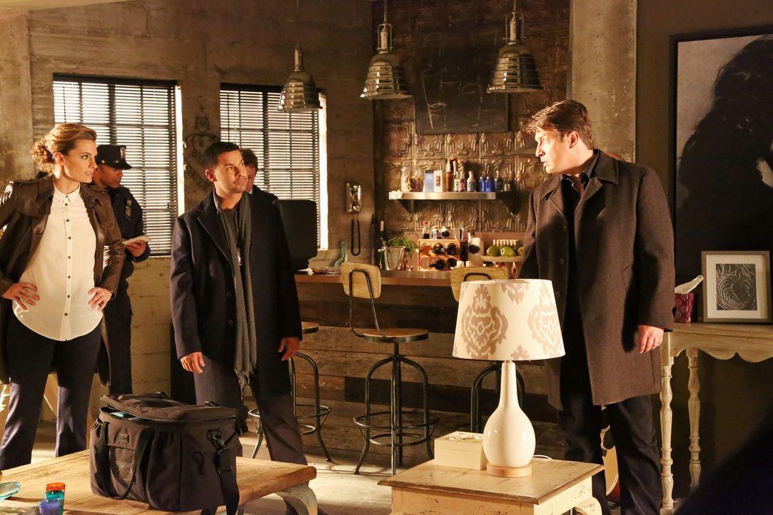 Eine Frau hat sich angeblich zu Tode erschrocken. Richard Castle (Nathan Fillion, r.), Kate Beckett (Stana Katic, l.) und Javier Esposito (Jon Huert... - Bildquelle: ABC Studios