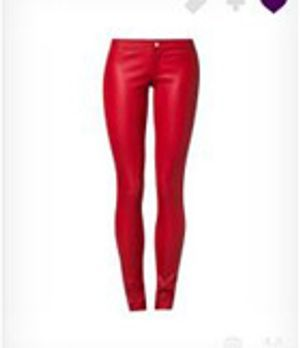 Zoe kombiniert die rote Lederhose genau richtig - so wirkt sie richtig lässig!
