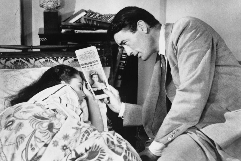 Nachdem er die attraktive Anne (Audrey Hepburn, r.) schlafend auf einer Parkbank entdeckt hat, nimmt Joe (Gregory Peck, l.) sie mit nach Hause. Zunä... - Bildquelle: TM, ® &   (1953) BY PARAMOUNT PICTURES. All Rights Reserved.