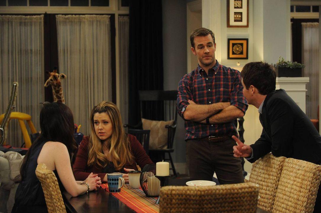 Bobby (Kevin Connolly, r.) ist sich sicher, dass sich weder Kate (Zoe Lister Jones, l.) oder Andi (Majandra Delfino, 2.v.l.), noch ein anderer ihrer... - Bildquelle: 2013 CBS Broadcasting, Inc. All Rights Reserved.