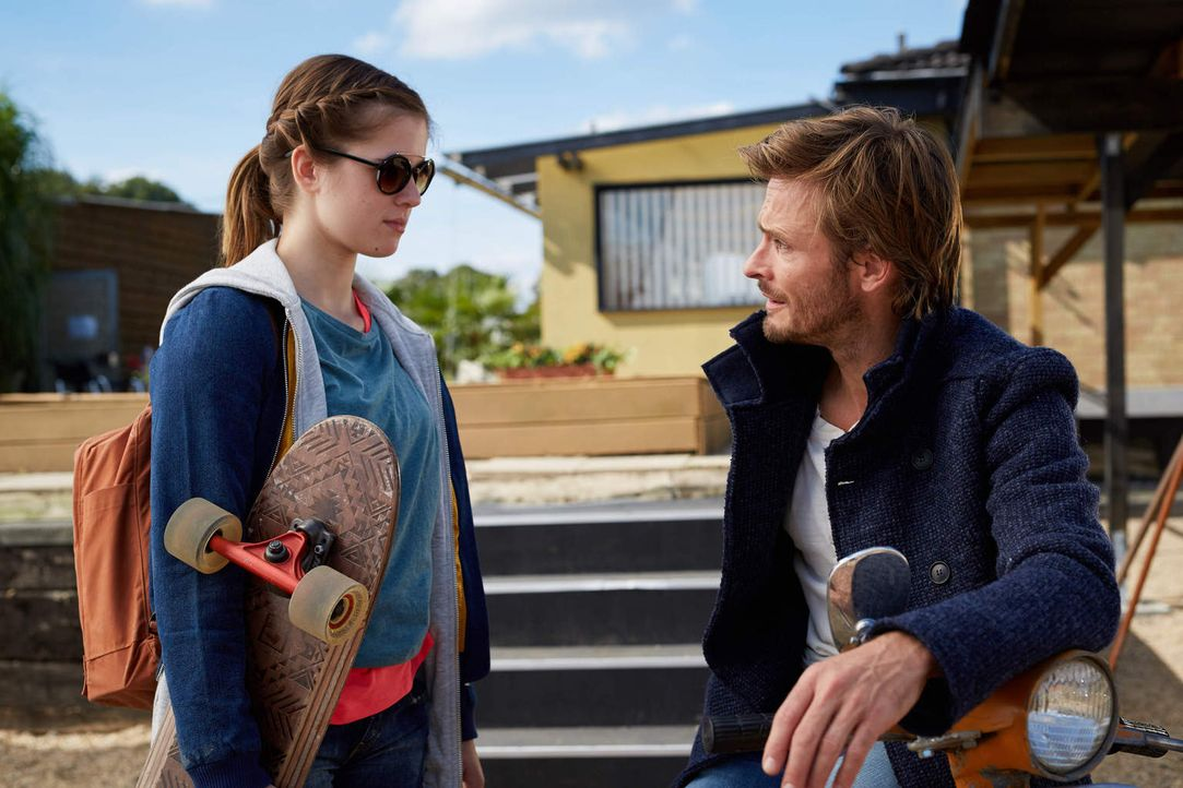 """Kann """"Tonis"""" dreizehnjährige Tochter Lea (Jamie Bick, l.) dem neuen Aushilfsfahrer Henning (Andreas Pietschmann, r.) vertrauen? - Bildquelle: Guido Engels Sat.1"""
