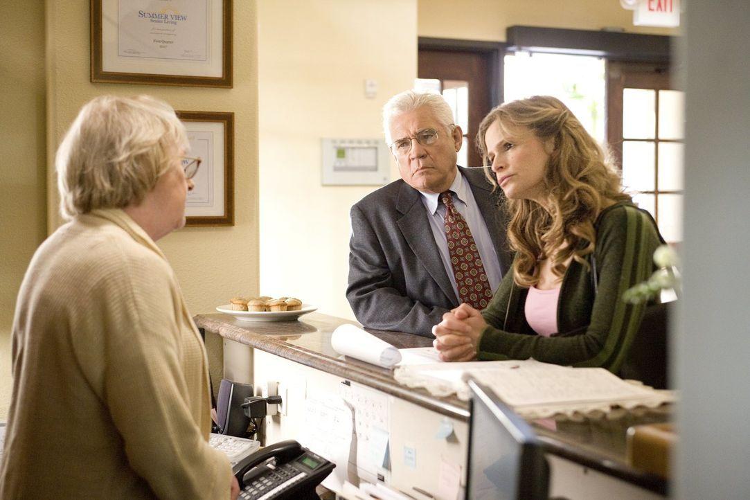 Provenza (G.W. Bailey, M.) und Brenda (Kyra Sedgwick, r.) müssen, nachdem ein Mann behauptet, mehrere alte Menschen ermordet zu haben, bei Schwester... - Bildquelle: Warner Brothers