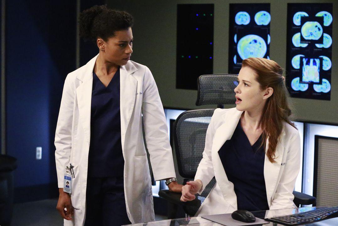 Nachdem ein Kleinflugzeug in Seattle abgestürzt ist, beginnt für April (Sarah Drew, r.) und Stephanie (Jerrika Hinton, l.) ein Wettlauf gegen die Ze... - Bildquelle: ABC Studios