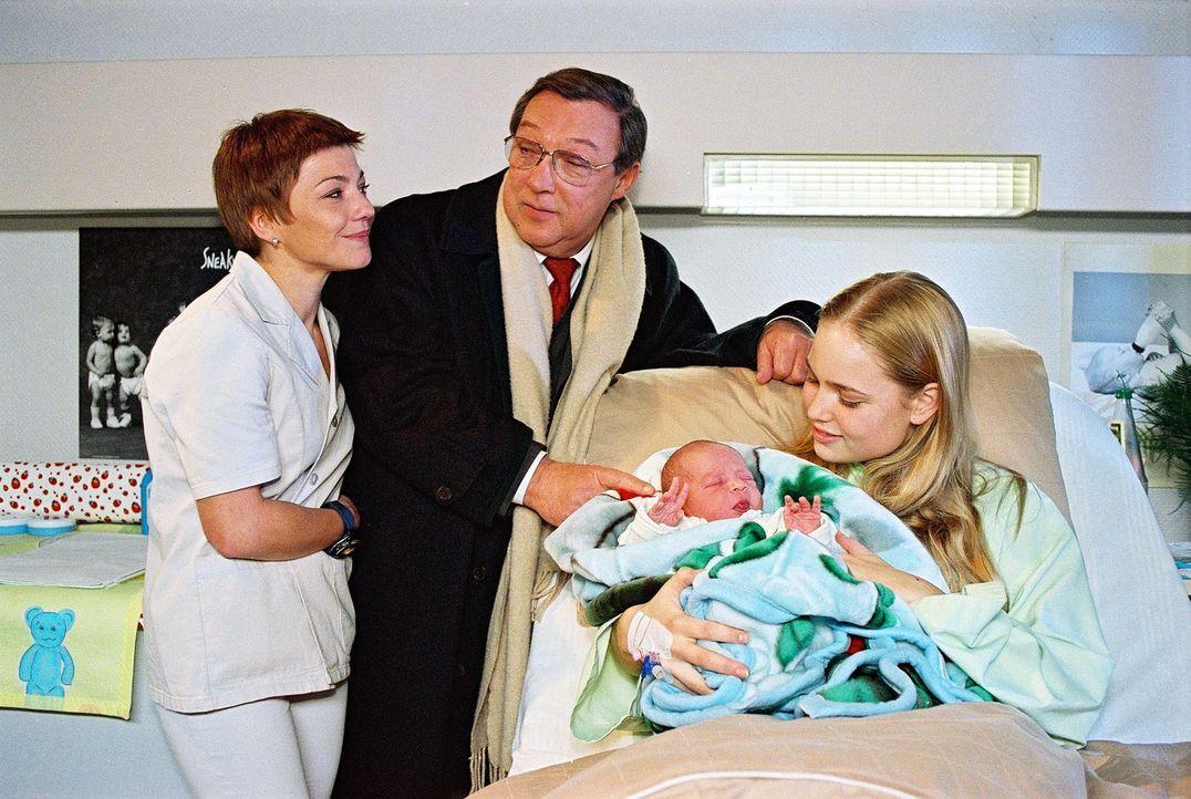 Schwester Stephanie (Claudia Schmutzler, l.) und Professor Friedländer (Jaecki Schwarz, M.) sind froh, dass Netty (Sonja Bertram, r.) ein gesundes Baby zur Welt gebracht hat.