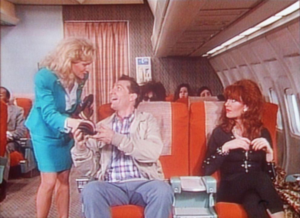 In der ersten Klasse lassen es sich Al (Ed O'Neill, M.) und Peggy (Katey Sagal, r.) im Flugzeug gut gehen. - Bildquelle: Sony Pictures Television International. All Rights Reserved.