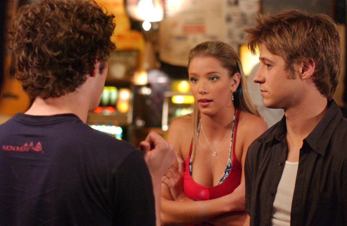 In Las Vegas lernen Ryan (Benjamin McKenzie, r.) und Seth (Adam Brody, l.) Jenn (Kristen Renton, M.) kennen und geraten in eine brenzlige Situation... - Bildquelle: Warner Bros. Television