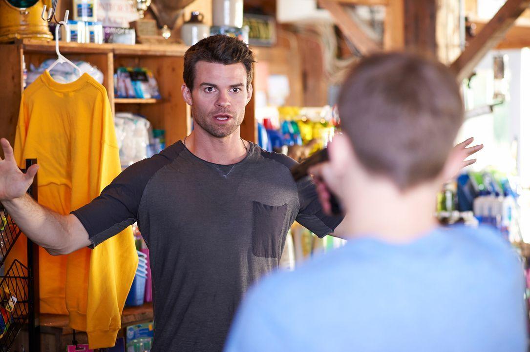Mitten in der Einöde gerät Joel (Daniel Gillies) plötzlich in einen Überfall ... - Bildquelle: 2012  Hope Zee One Inc.