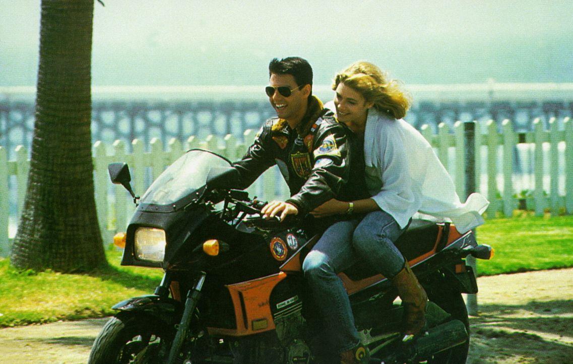 Zwischen der bezaubernden Charlie (Kelly McGillis, r.) und dem Teufelskerl Maverick (Tom Cruise, l.) bahnt sich eine Romanze an ... - Bildquelle: PARAMOUNT PICTURES CORPORATION