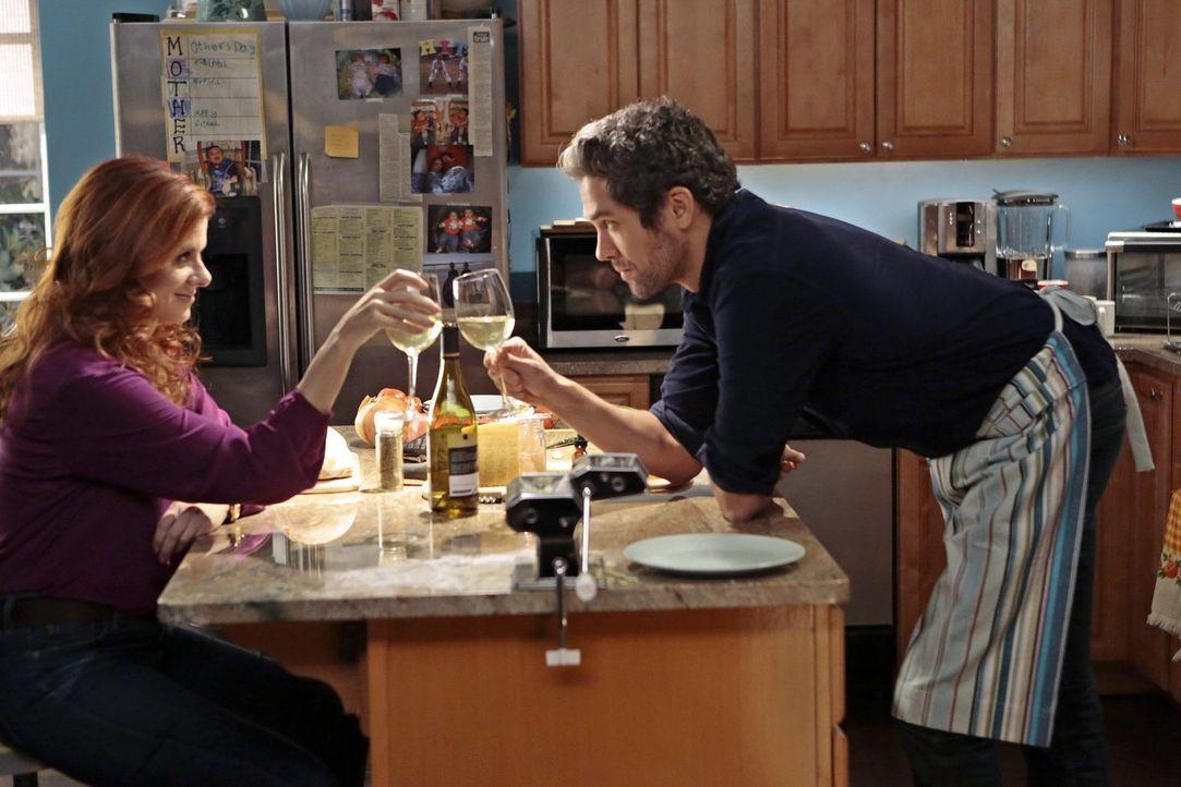 Was läuft zwischen dem Verdächtigen Tony (Neal Bledsoe, r.) und Laura (Debra Messing, l.)? - Bildquelle: Warner Bros. Entertainment, Inc.