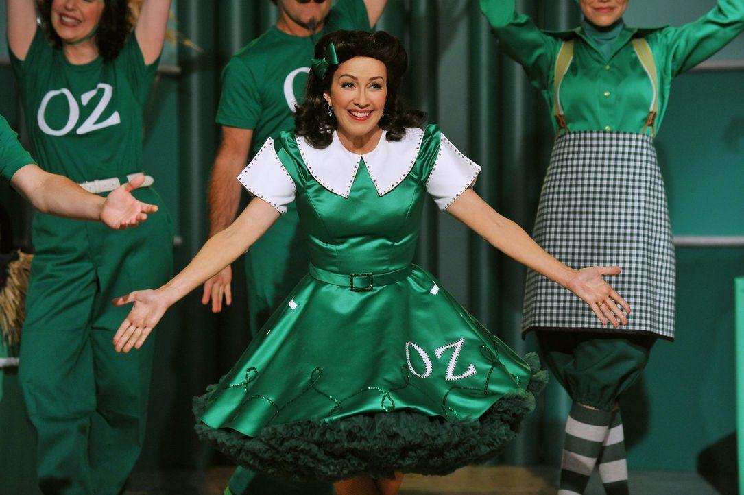 """Frankie (Patricia Heaton, M.) erhält eine Rolle im Musical """"Der Zauberer von Oz"""" und bemerkt sehr schnell, wie viel Spaß ihr das Singen macht. Als i... - Bildquelle: Warner Brothers"""