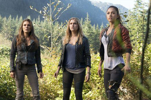 The 100 - Abi (Paige Turco, l.), Clarke (Eliza Taylor, M.) und Raven (Lindsey...