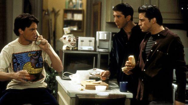 Als Chandler (Matthew Perry, l.) seinen Job kündigt, staunen Ross (David Schw...