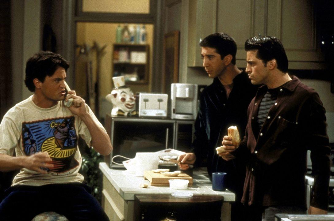 Als Chandler (Matthew Perry, l.) seinen Job kündigt, staunen Ross (David Schwimmer, M.) und Joey (Matt LeBlanc, r.) nicht schlecht. - Bildquelle: TM+  2000 WARNER BROS.