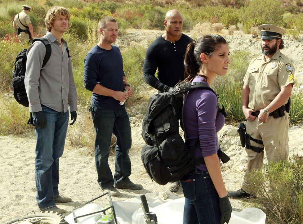 Ein neuer Mordfall führt das Team in die mexikanische Wüste: Deeks (Eric Christian Olsen, 2.v.l.), Callen (Chris O'Donnell, 3.v.l.), Sam (LL Cool J,... - Bildquelle: CBS Studios Inc. All Rights Reserved.