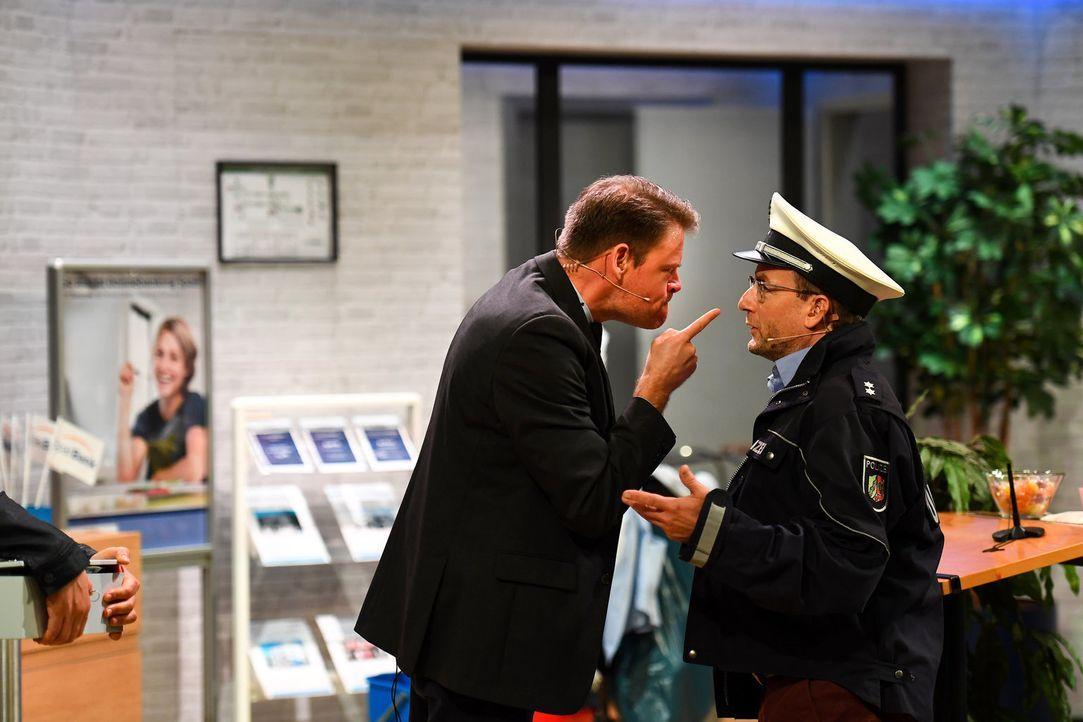 Bei Wigald Bonings (r.) Ermittlungen scheint dem Bankberater Max Giermann (l.) etwas gehörig gegen den Strich zu gehen ... - Bildquelle: Willi Weber SAT.1