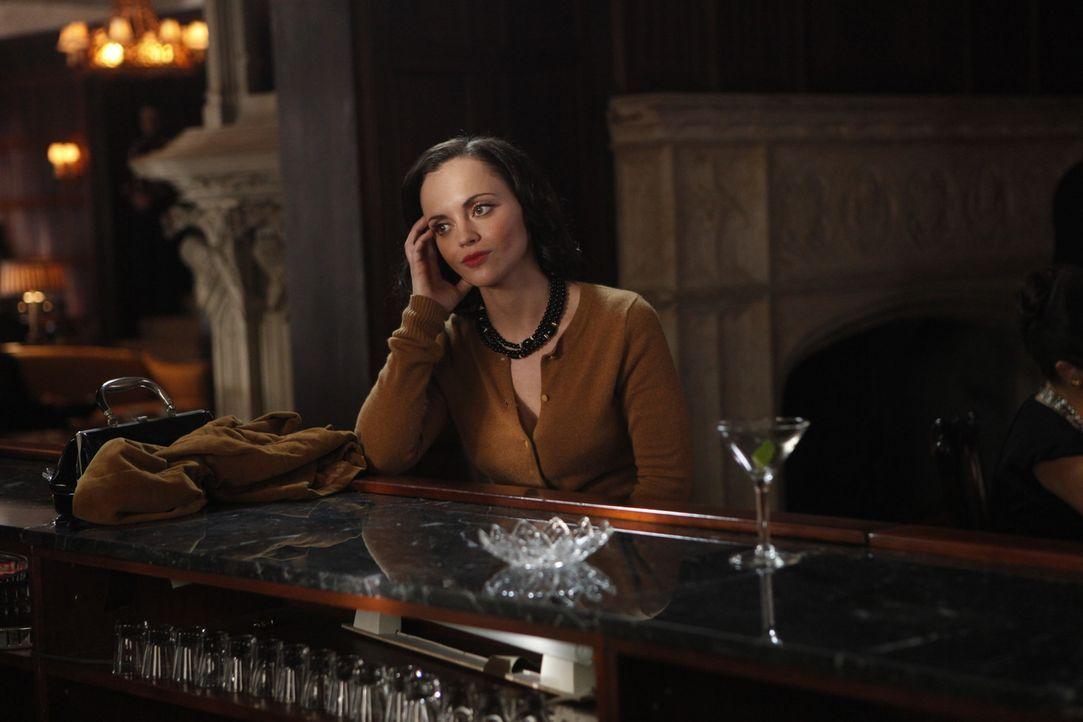 Noch ist sich Maggie (Christina Ricci) nicht sicher, ob sie ihre Überzeugung gegenüber einem ganz besonderen Passagier zum Ausdruck bringen sollte... - Bildquelle: 2011 Sony Pictures Television Inc.  All Rights Reserved.