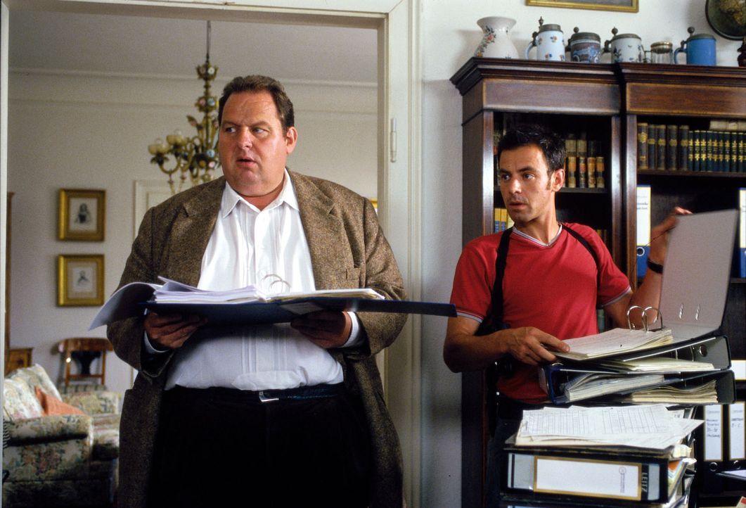 Benno (Ottfried Fischer, l.) und Philipp (Felix Eitner, r.) versuchen den Mord aufzuklären. - Bildquelle: Magdalena Mate Sat.1