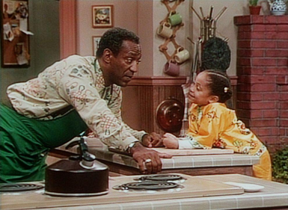"""Olivia (Raven Symone, r.) übt sich in der Kunst des """"Schlafengehen-Hinauszögerns"""". Zu diesem Zweck erzählt sie Cliff (Bill Cosby, l.) eine nicht... - Bildquelle: Viacom"""