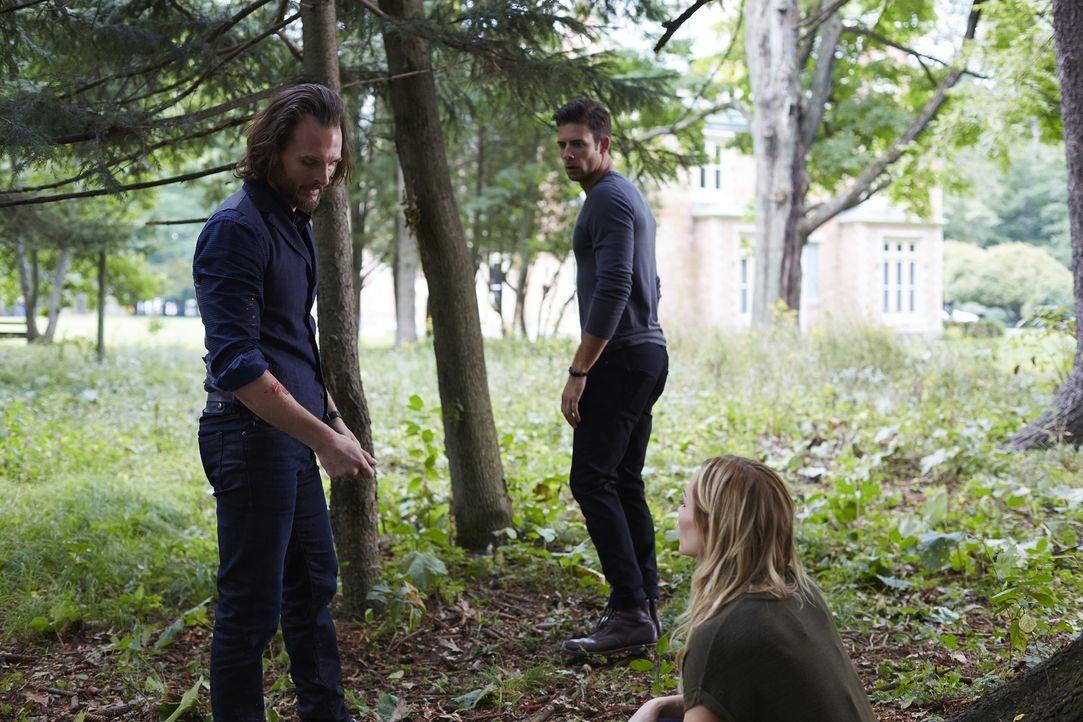 Jeremy (Greg Bryk, l.) beauftragt Nick (Steve Lund, M.), Elena (Laura Vandervoort, r.) und Clay damit, alle Wölfe Nordamerikas zu einem Teil seines... - Bildquelle: 2016 She-Wolf Season 3 Productions Inc.