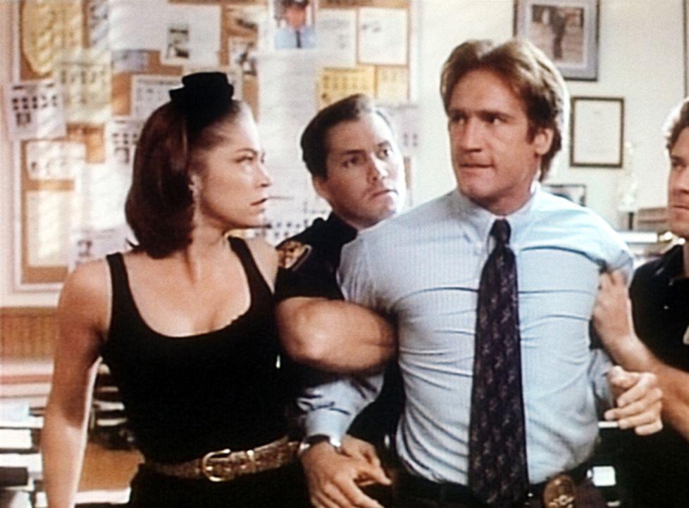 Carrie, eine getarnte Polizistin, und zwei Kollegen müssen den tobenden Steve (Barry Van Dyke, 2.v.r.) beruhigen. - Bildquelle: Viacom