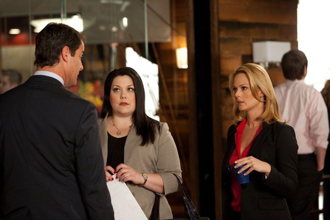 Im Auftrag von Jay (Josh Stamberg, l.) müssen Jane (Brooke Elliott, M.) und Kim (Kate Levering, r.) gemeinsam einen Fall bearbeiten ... - Bildquelle: 2009 Sony Pictures Television Inc. All Rights Reserved.