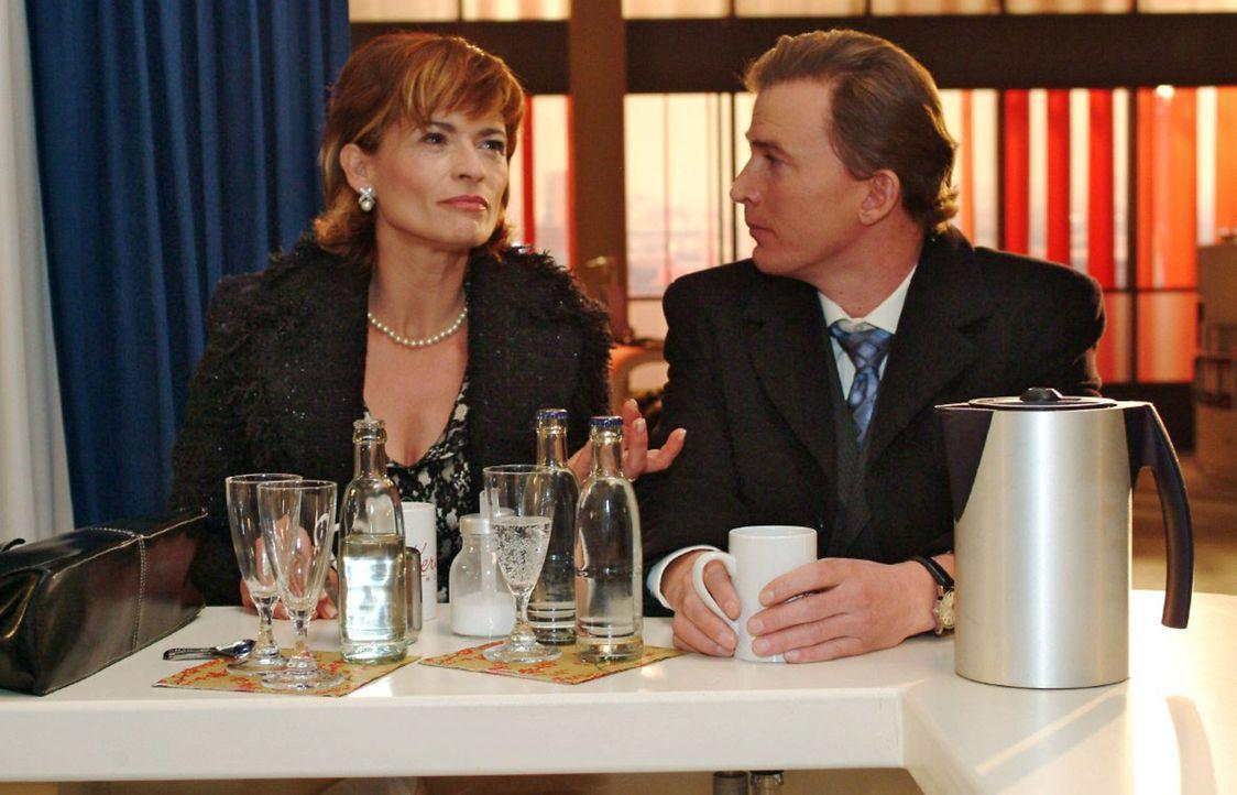 Sophie fragt sich, was bei den Seidels vorgefallen sein könnte. v.l.n.r.: Sophie (Gabrielle Scharnitzky), Olaf Kern (Axel Röhrle) - Bildquelle: Monika Schürle Sat.1