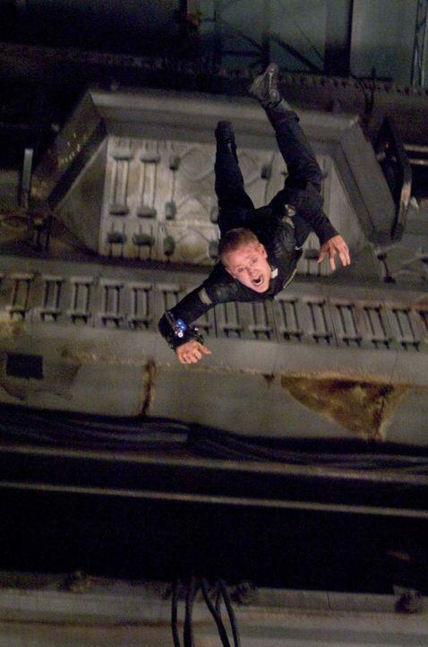 Auf dem Weg zum Reaktor bald wird Bower (Ben Foster) klar, dass etwas bei der letzten Mission schief gelaufen sein muss. Mit den mörderischen Kreatu... - Bildquelle: 2009 Constantin Film Verleih GmbH