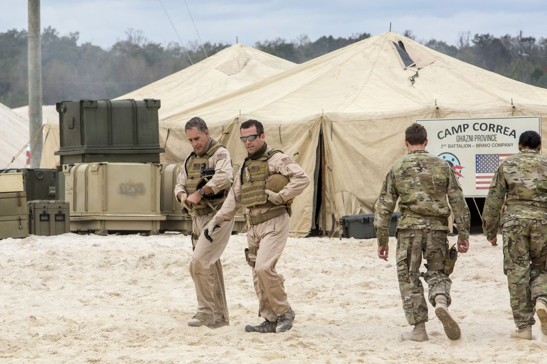 In Afghanistan beginnt ein Wettlauf mit der Zeit, um Navy Liaison Blake Conner aus den Fänger von Rebellen zu befreien: Pride (Scott Bakula, l.) und... - Bildquelle: 2014 CBS Broadcasting Inc. All Rights Reserved.