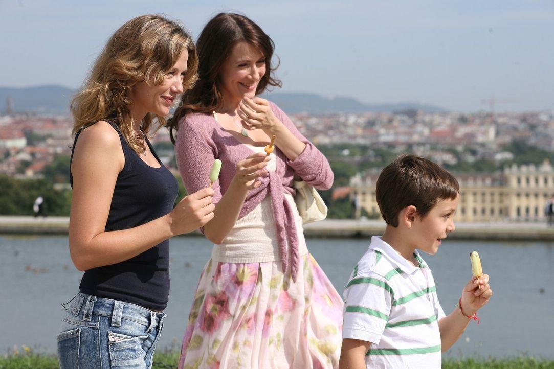 Esther (Alexandra Neldel, l.), Marion (Claudia Mehnert, M.) und Adrian (Konstantin Reichmuth, r.) genießen die gemeinsame Zeit in Italien. - Bildquelle: Petro Domenigg Sat.1