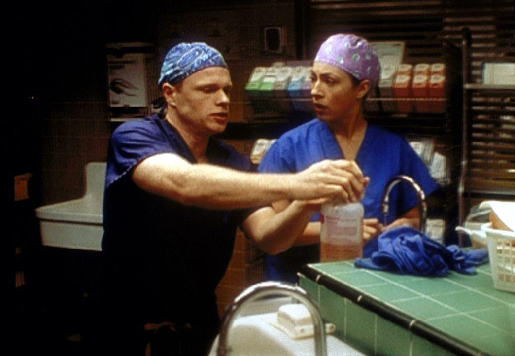 Romano (Paul McCrane, l.) bittet Corday (Alex Kingston, r.) um Unterstützung bei einer wichtigen Operation ... - Bildquelle: TM+  2000 WARNER BROS.