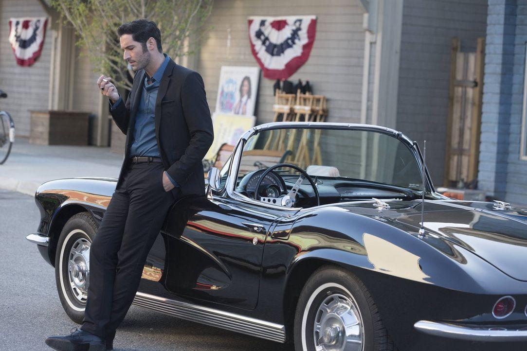 Während Lucifer (Tom Ellis), dass Chloe ihm endlich glaubt, wenn sie sein Blut testet, gefällt es Amenadiel überhaupt nicht, dass das Blut eines Eng... - Bildquelle: 2016 Warner Brothers