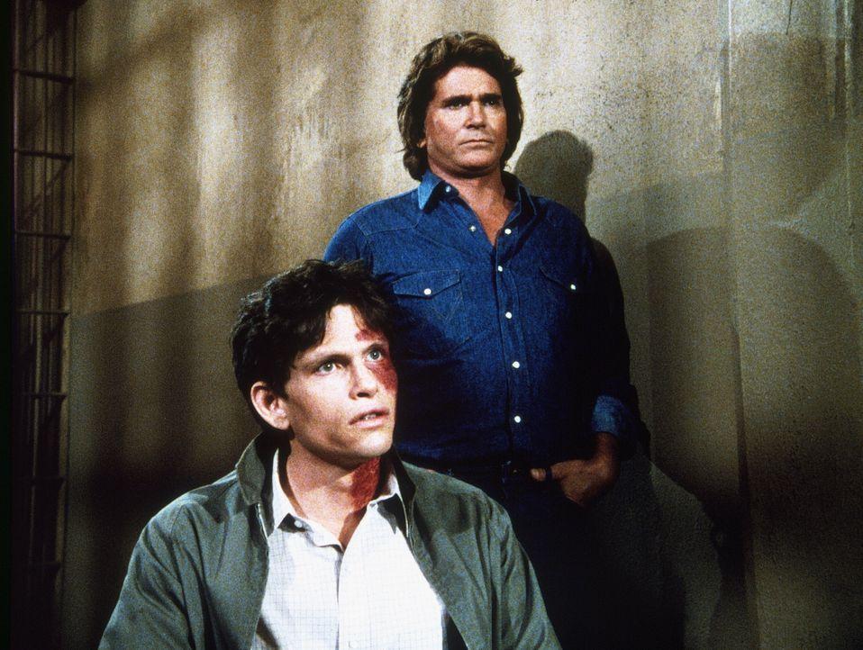 Julian Bradley (Jeff Kober, l.), wegen Mordversuchs angeklagt, findet in Jonathan (Michael Landon, r.) einen wahren Freund. - Bildquelle: 20th Century Fox Television