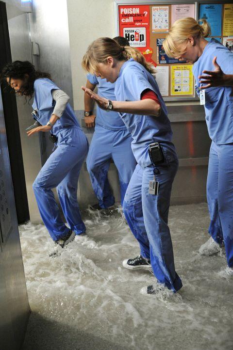 Das Krankenhaus sieht sich vor einer Katastrophe: Eine Wasserleitung ist gebrochen und setzt nach und nach das Krankenhaus unter Wasser. Cristina (S... - Bildquelle: Touchstone Television