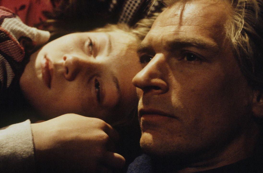 In der Hand junger Guerillas: Grace (Camille Summers, l.) und ihr Vater Gary (Julian Sands, r.) ... - Bildquelle: Gaumont