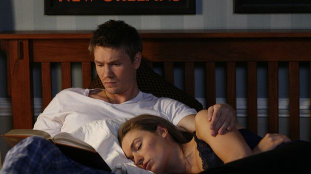 Lucas (Chad Michael Murray, l.) und Lindsey (Michaela McManus, r.) genießen i...