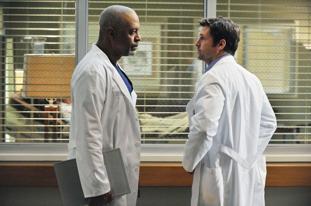 Richard (James Pickens, Jr., l.) ist ins Krankenhaus zurückgekehrt, um unter Dereks (Patrick Dempsey, r.) Leitung als Chirurg zu arbeiten. Doch wird... - Bildquelle: Touchstone Television