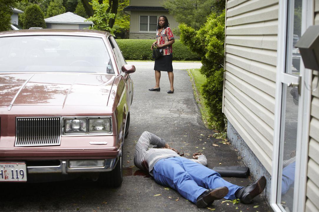 Schreckliches Verbrechen: Philomene Baptiste (Tara Bastikar, hinten) entdeckt den toten Körper des 56-jährigen Gemeindesprechers Rene Charles (Barri... - Bildquelle: Ian Watson Cineflix 2013