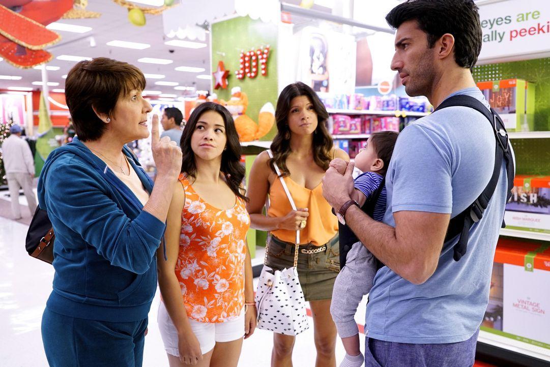 Ein Einkaufsbummel der besonderen Art: Jane (Gina Rodriguez, 2.v.l.), Rafael (Justin Baldoni, r.), Xo (Andrea Navedo, 2.v.r.) und Alba (Ivonne Coll,... - Bildquelle: Greg Gayne 2015 The CW Network, LLC. All rights reserved.