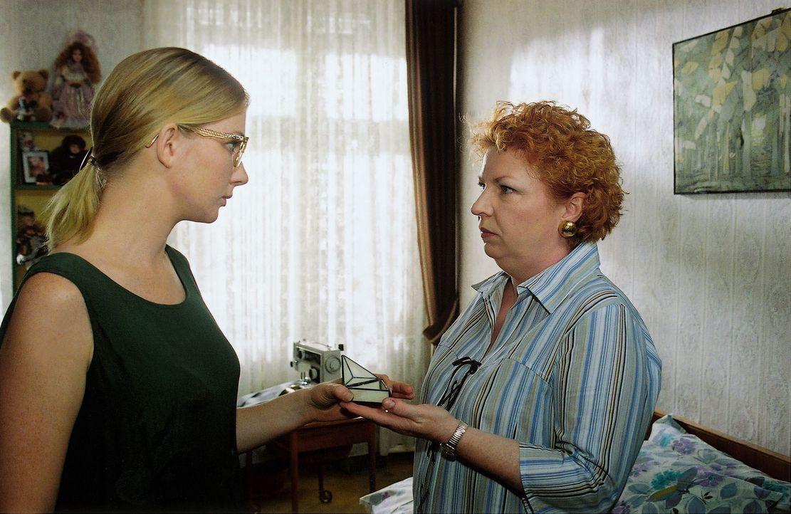 Maria Sandmeier (Hansi Jochmann, r.) hat in den Sachen ihrer Tochter Kamilla (Katja Studt, l.) ein Geschenk des toten Til entdeckt und stellt sie zu... - Bildquelle: Claudius Pflug Sat.1