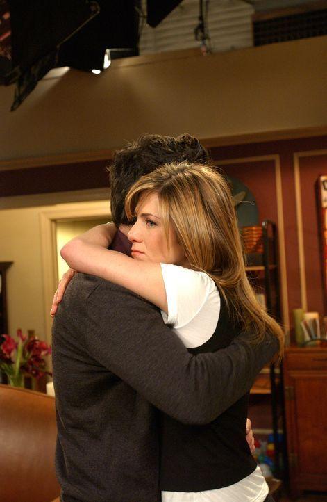 Der Abschied fällt Ross (David Schwimmer, l.) und Rachel (Jennifer Aniston, r.) nicht leicht ... - Bildquelle: 2003 Warner Brothers International Television